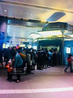 駅で切符を買う人の行列の写真・画像素材[1303934]