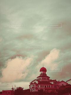 赤と白の列車と空の雲の写真・画像素材[1483315]
