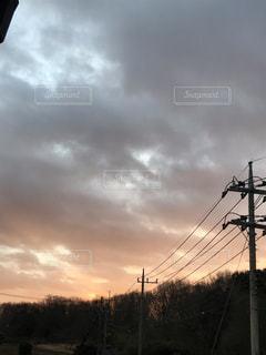 曇りの日に空気を通って飛んで人の写真・画像素材[1791232]