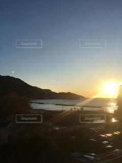 水の体に沈む夕日の写真・画像素材[1309666]