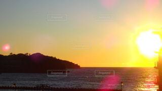 水の体に沈む夕日の写真・画像素材[1309669]