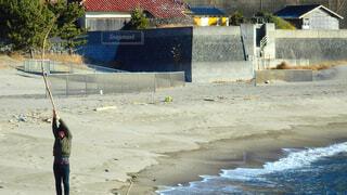 砂の中に立っている人の写真・画像素材[4610704]
