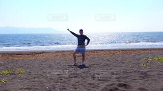 ビーチでフリスビーを投げる人の写真・画像素材[4610707]