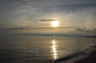 水の体に沈む夕日の写真・画像素材[4647949]
