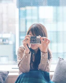 携帯電話で通話中の女性の写真・画像素材[1297030]