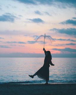 夕日とビニ傘の写真・画像素材[1297920]