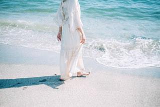 ビーチに立っている人の写真・画像素材[1297925]