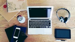 テーブルの上に座っているラップトップ コンピューターの写真・画像素材[1318521]