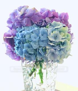 テーブルの上に花瓶の花の花束の写真・画像素材[1318552]