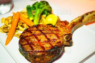 肉と野菜をトッピング白プレートの写真・画像素材[1318891]