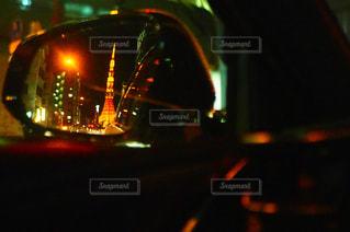 近くに信号機のアップは夜ライトアップの写真・画像素材[1325277]