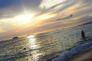 水の体に沈む夕日の写真・画像素材[1353891]