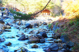 岩が多い区域で大きな滝の写真・画像素材[1353894]