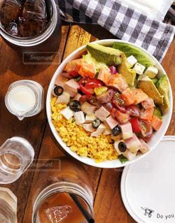 テーブルの上に食べ物のプレートの写真・画像素材[1358698]