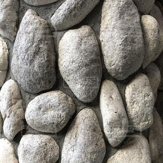 近くに石の山のアップの写真・画像素材[1305391]