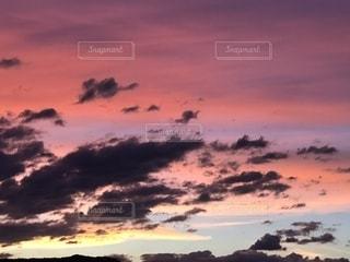 水の体に沈む夕日の写真・画像素材[1404189]