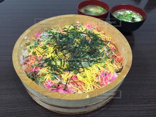 テーブルの上に食べ物のボウルの写真・画像素材[1298984]