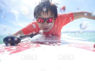 水の中を泳いでいる人の写真・画像素材[778696]
