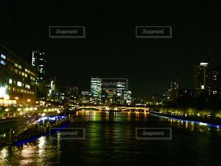 夜の空の都市と水の都の写真・画像素材[1316485]