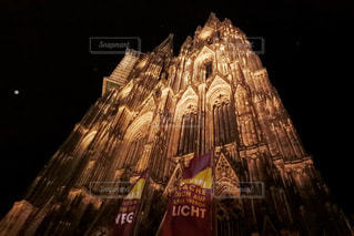 ライトアップされたドイツのケルン大聖堂と月の写真・画像素材[1297714]