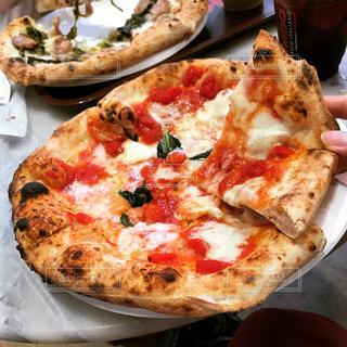 大きなマルゲリータピザの写真・画像素材[1298192]