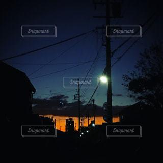 冬の夜明け前の街の写真・画像素材[1299971]