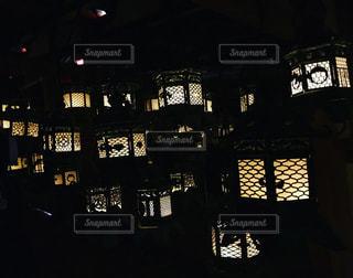 神秘的な灯籠の道の写真・画像素材[1300051]