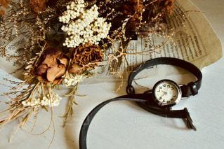 ドライフラワーの花束と腕時計の写真・画像素材[1312076]