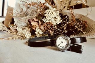 ドライフラワーの花束と時計の写真・画像素材[1312078]