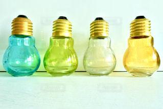 カラフルな電球型ガラス容器の写真・画像素材[1312097]
