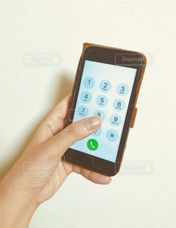 携帯電話を持つ手の写真・画像素材[1312281]