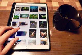 ラップトップを使用して木製のテーブルの写真・画像素材[1315372]