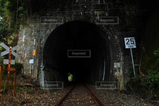 薄暗い鉄道トンネルの写真・画像素材[1408881]