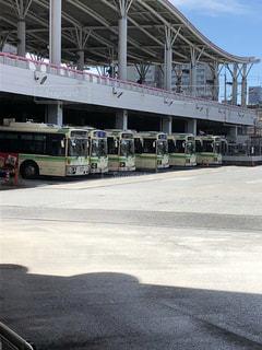 建物の側に止まっているバスの写真・画像素材[1323898]