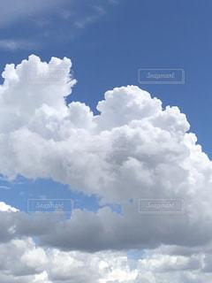 青い空に雲の写真・画像素材[1379356]