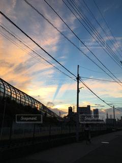 夕暮れ時の割れた雲の写真・画像素材[1303506]