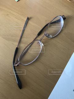 壊れたメガネの写真・画像素材[1297063]