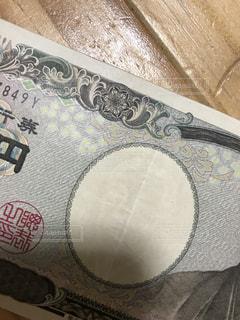 お金を呼ぶ一万円札の写真・画像素材[1300931]