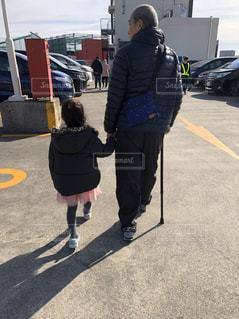 孫と屋上駐車場での写真・画像素材[2821163]