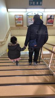 階段を杖での写真・画像素材[2821161]