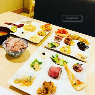 テーブルの上に食べ物のプレートの写真・画像素材[1297134]