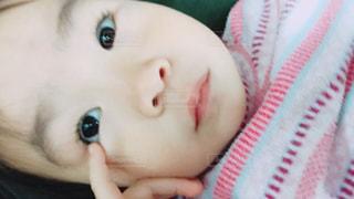 近くに赤ちゃんのアップの写真・画像素材[1297580]