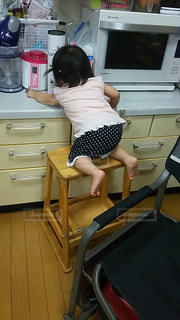 キッチンでのいたずら娘の写真・画像素材[1297241]