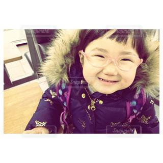 カメラに向かって笑顔の女の子の写真・画像素材[1297623]