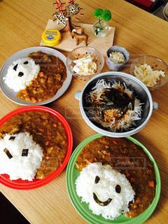 木製のテーブルの上に食べ物のボウルの写真・画像素材[1309344]