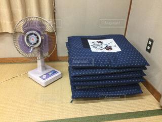 和室の扇風機と座布団の写真・画像素材[1340481]
