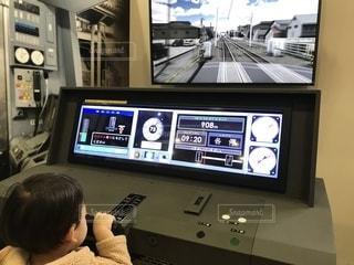 電車を運転する少年の写真・画像素材[1301134]