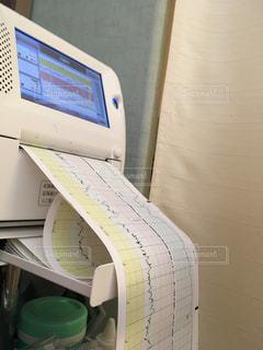 赤ちゃんの心音測定の写真・画像素材[1306630]
