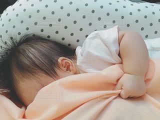 しがみつく赤ちゃんの写真・画像素材[1313870]