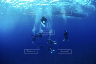 水の中に立っている男の人の写真・画像素材[1298707]
